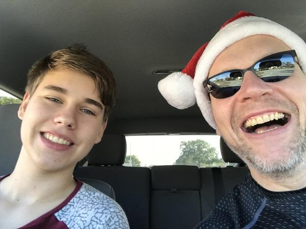Pascal und ich nebst Weihnachtskappe im Einkaufsstress! Es ist sooo easy!! Love it