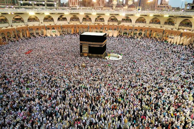 Cada año, cerca de tres millones de peregrinos se dirigen a la ciudad santa para realizar el peregrinaje mayor o Hajj durante el mes musulmán de du l-hiyya.