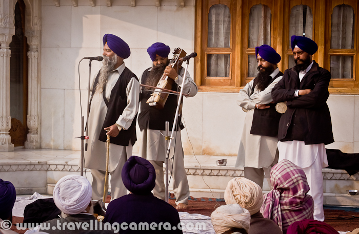Some of the folks were telling some stories through songs and musical instruments. Various folks were calmly listening to these four Sardars with Blue Pagadi.
