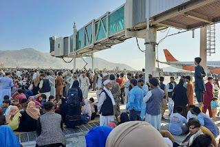 Tumulto no aeroporto de Cabul deixa mortos; voos comerciais são cancelados