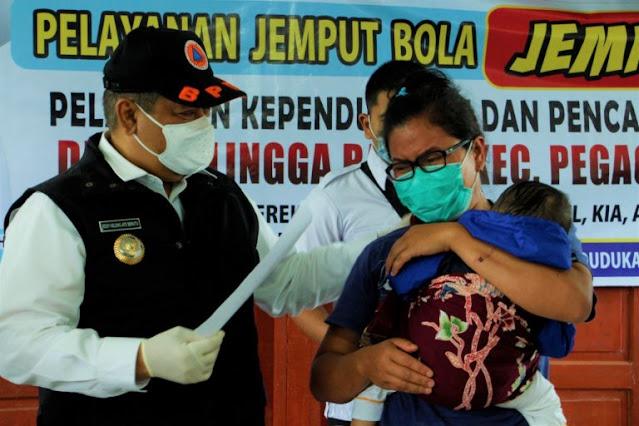 Eddy Keleng Ate Berutu Hadiri Pelayanan Jempol Disdukcapil Dairi di Pegagan Hilir.lelemuku.com.jpg