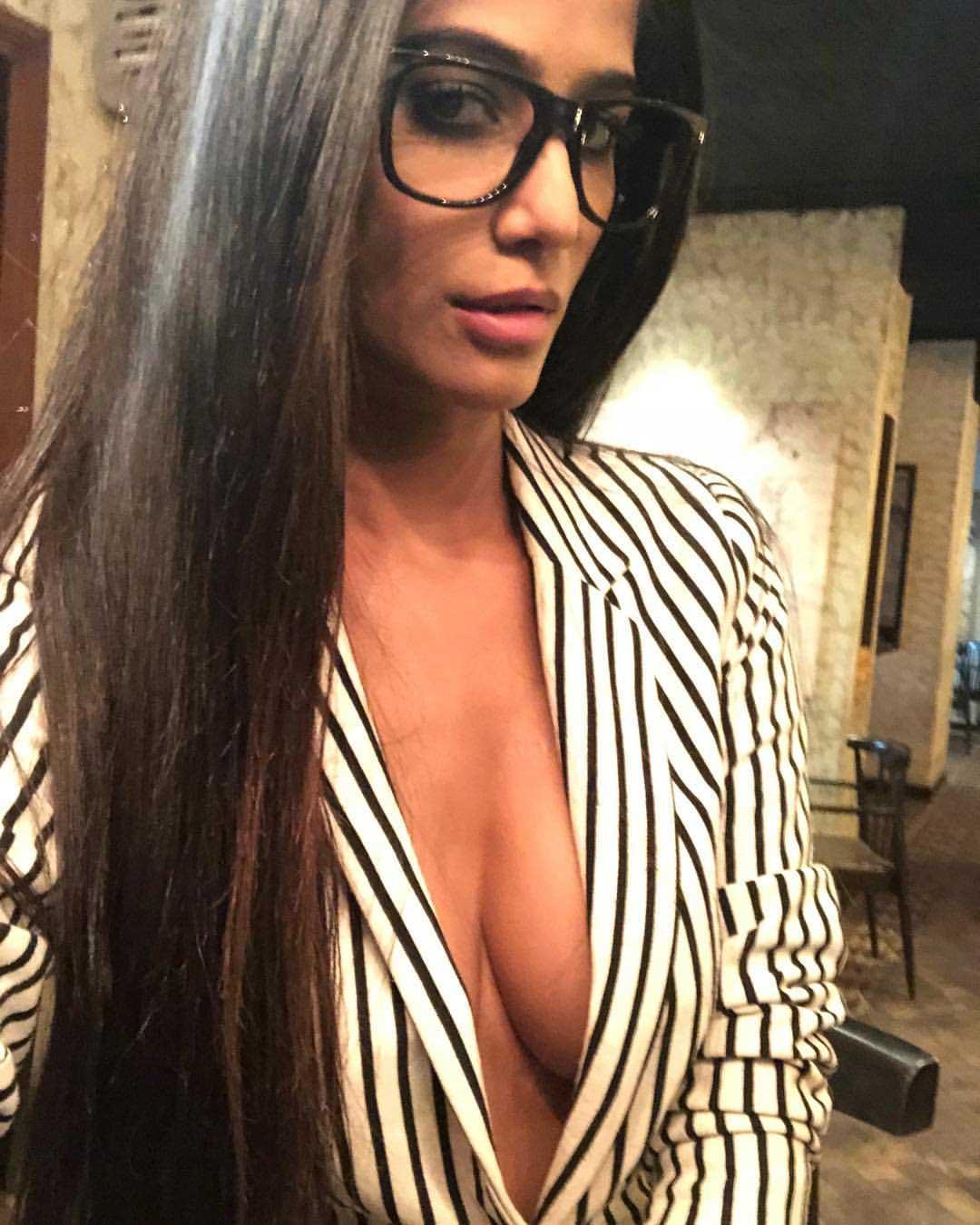 Poonam Pandey cleavage