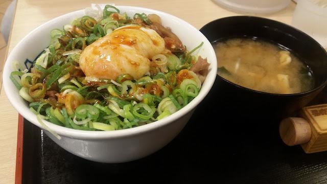 Donburi de Matsuya de carne con salsa picante, huevo y extra negi