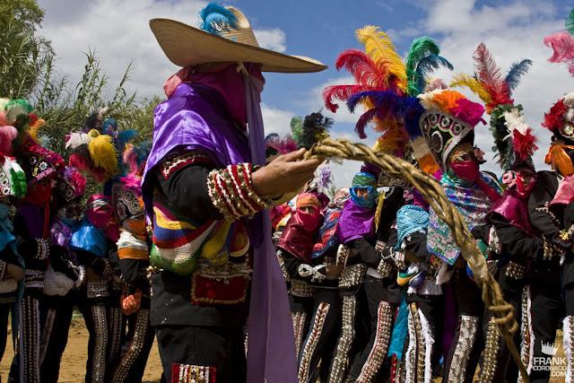 Viejote con caporales en la fiesta de San Pedro Ixtlahuaca Oaxaca