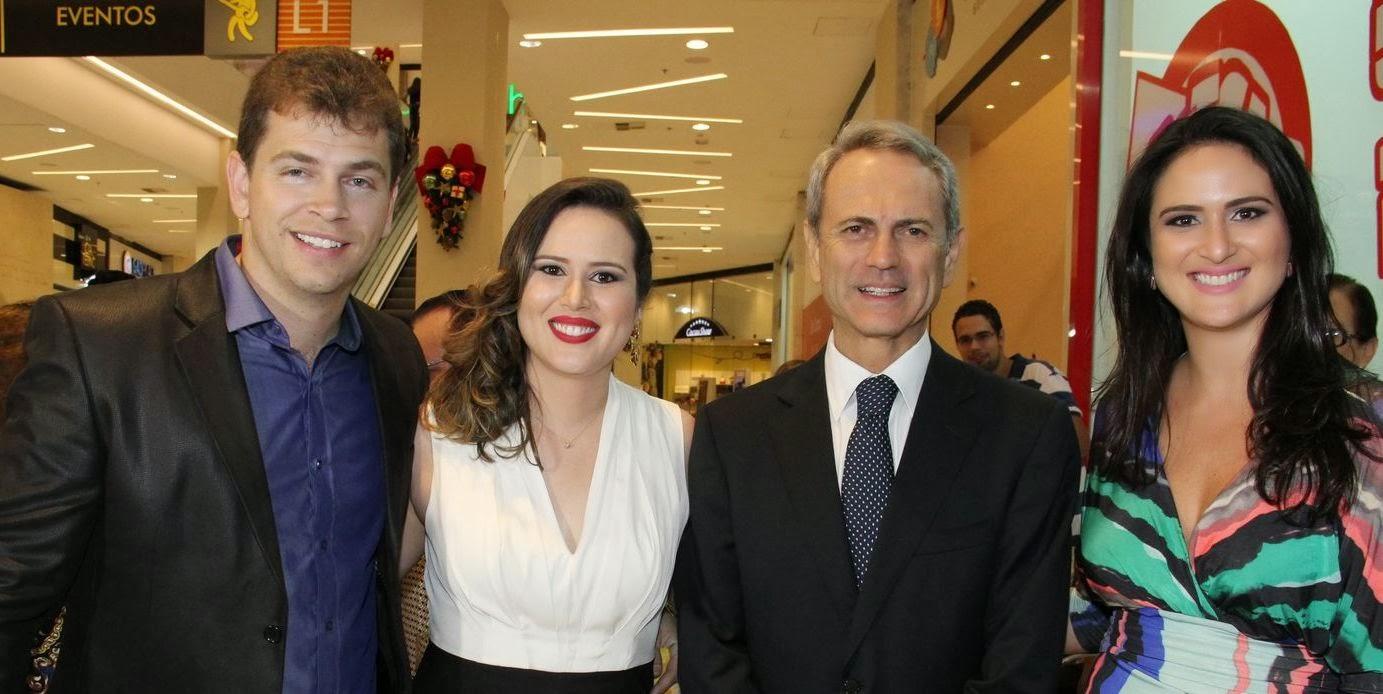 9b40010b30a8e ... e até a equipe de Amaury Junior veio de São Paulo especialmente para a  inauguração. Francisco Vida, diretor de expansão das Óticas Diniz também  voou de ...
