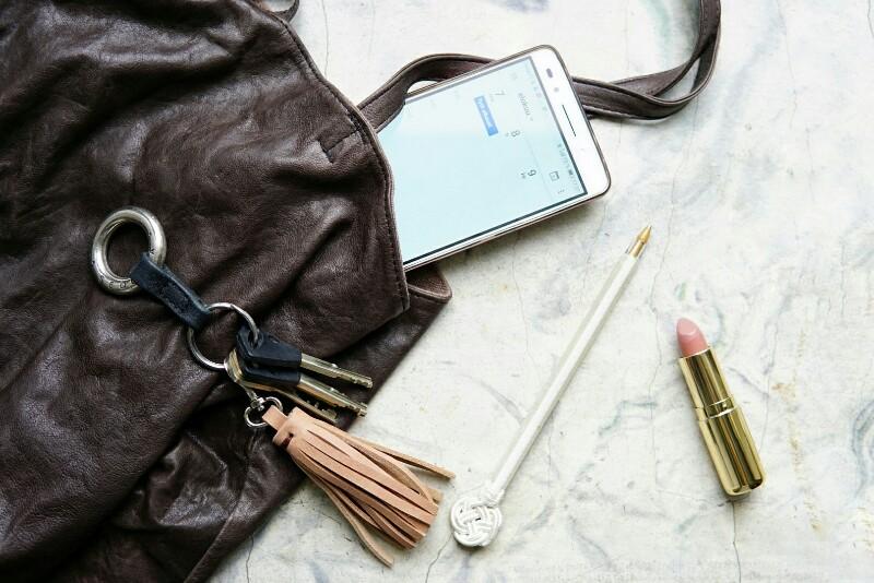Työt, avaimet, laukun sisältö