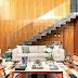 Sala com  decor colorido, pé direito duplo e escada revestida de mármore Gris Armani!