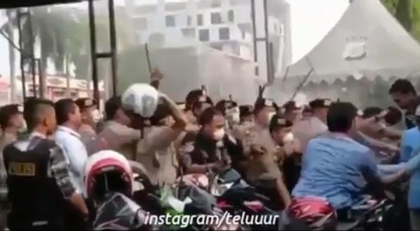Polisi Lempar Helm ke Arah Mahasiswa