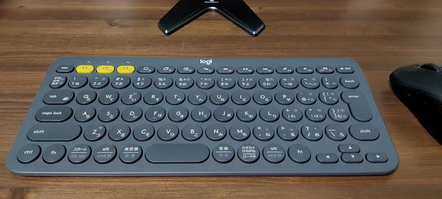 K380とマウス、ディスプレイを置いた図