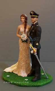 Cake topper statuine eleganti sposa con treccia e sposo in divisa da cerimonia aviazione con sciabola e fascia azzurra orme magiche