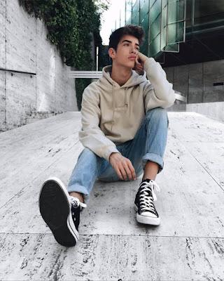 chico tumblr sentado en la calle