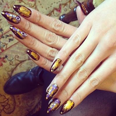Diseño de uñas Stiletto o uñas puntiagudas morado y plata.