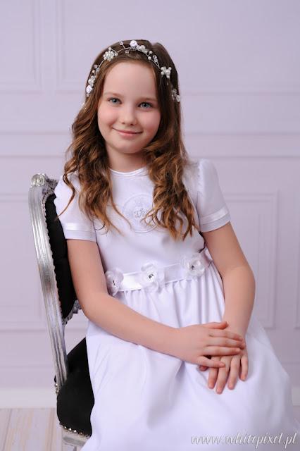 Dziewczynka na studyjnej sesji sukni komunijnej