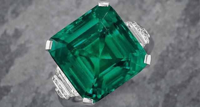 yang umumnya berwarna warna hijau hingga pada hijau bau tanah Cara Mengetahui Ciri-ciri Batu Zamrud Colombia Asli
