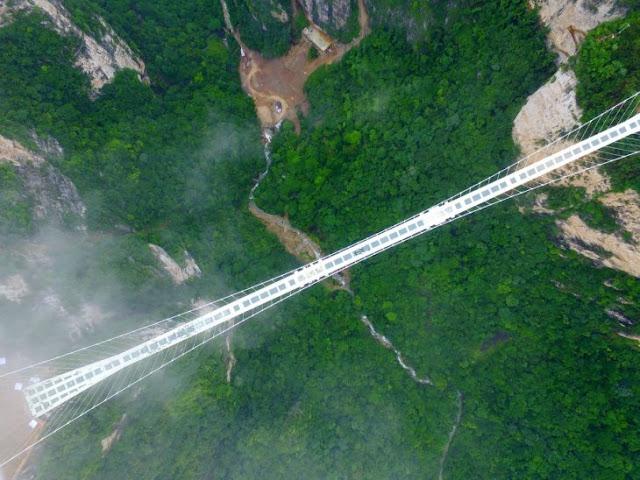 Puente en China que desafía a la muerte finalmente abre