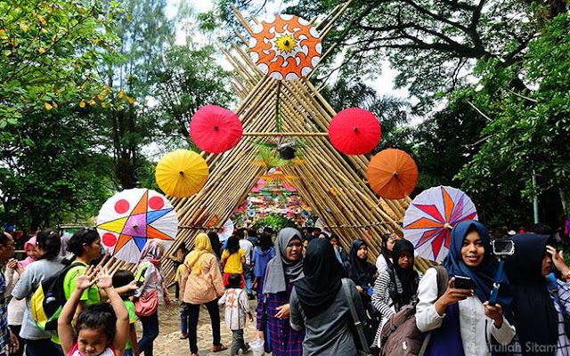 Antusias pengunjung berkunjung di Festival Payung Indoensia