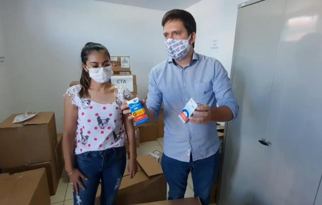 Maurício Nascimento diretor da SESPA Xingu repassando medicamentos ao município de Altamira.