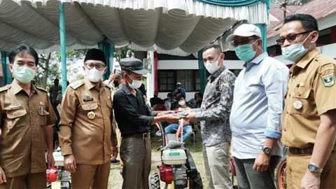 Jefri Masrul menyerahkan 77 unit alsintan