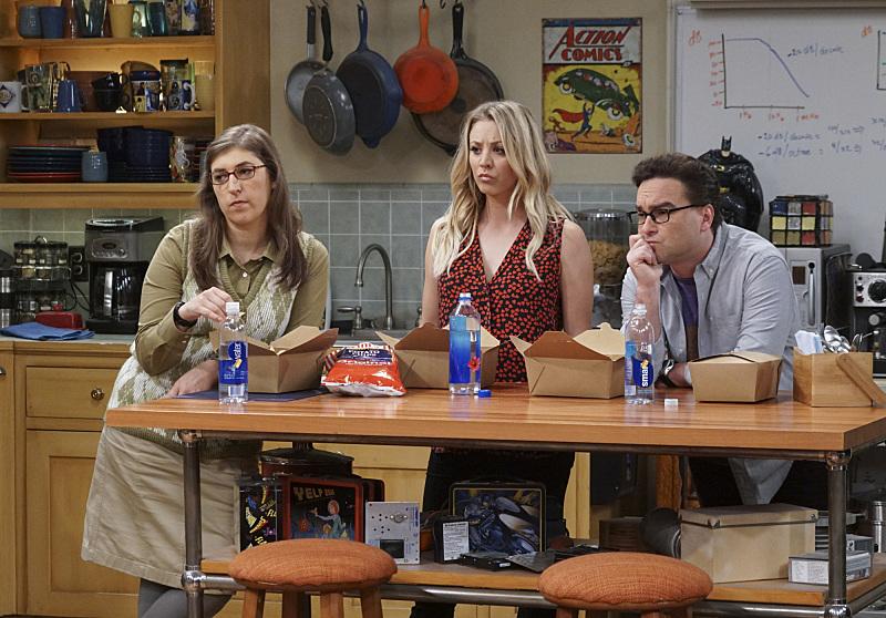 Los secundarios de relleno esperando a que Sheldon haga lo suyo