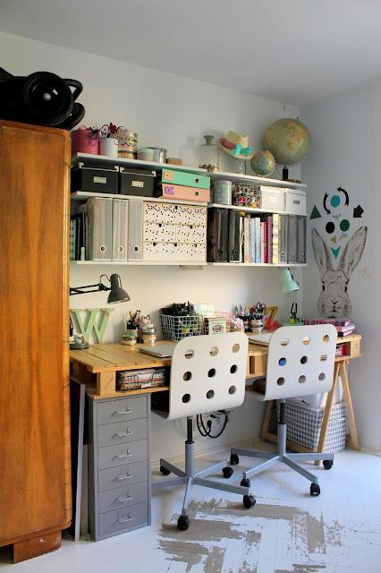biurko z palet, biuro, domowe biuro, magnetyczna tapeta, kawalerka, małe mieszkanie, organizacja miejsca pracy