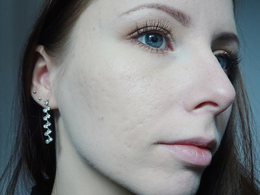 Lily Lolo jedwabny puder sypki Translucent Silk mika efekt na skórze