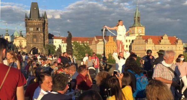 Lihat nih, Warga Praha Gelar Pesta Perpisahan untuk Virus Corona