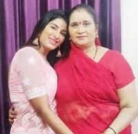पूनम दुबे अपनी माँ के साथ