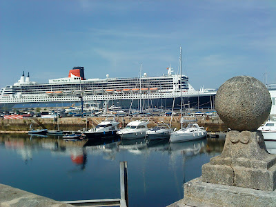 "The cruiser ""Queen Mary 2"" docked in the port of Vigo (E.V.Pita, 2012)"