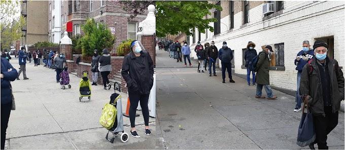 Dominicanos hacen interminables filas en el Alto Manhattan en busca de comida por crisis económica del coronavirus