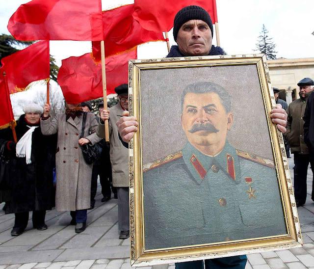 Velhos saudosistas comemoram 60 anos da morte do ditador que matou milhões.
