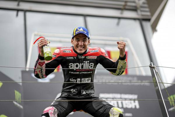 Tt was Aprilia's greatest joy on Sunday that Aleix Espargaró was able to grab the first podium for Aprilia after about five years of tuning efforts, with Aleix Espargaró getting his first touch with Aprilia's bike. In 2007, in the 250cc list, stayed for 3 years and drove again in 2017.  As for Maverick Viñales himself, after termination of his contract with the factory Yamaha team, he posted on his personal Instagram account Back to school. Viñales was originally introduced by Aprilia in 2011 in the 125cc class and placed in third place overall. And his peak was to be able to win the Moto 3 World Championship for the KTM team at the age of only 18.