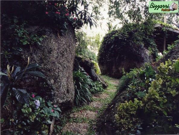 Caminho no jardim com pedra moledo tipo chapada grande que leva até a construção da piscina com execução da suíte na toca de pedra com execução do paisagismo natural.
