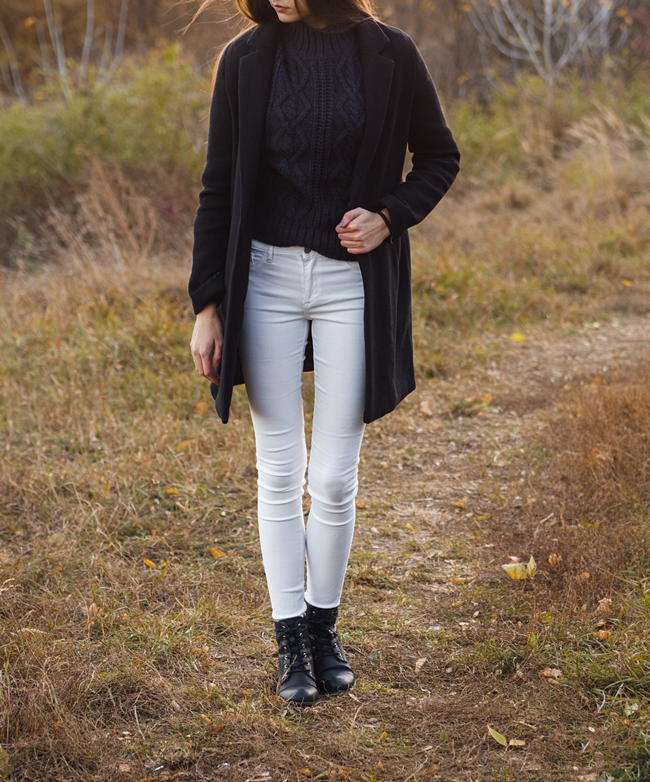 stylizacja z płaszczem i białymi spodniami