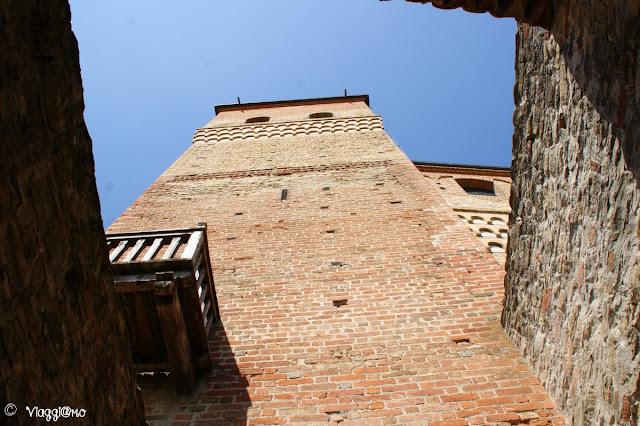 Vista dalla corte del Castello di Serralunga