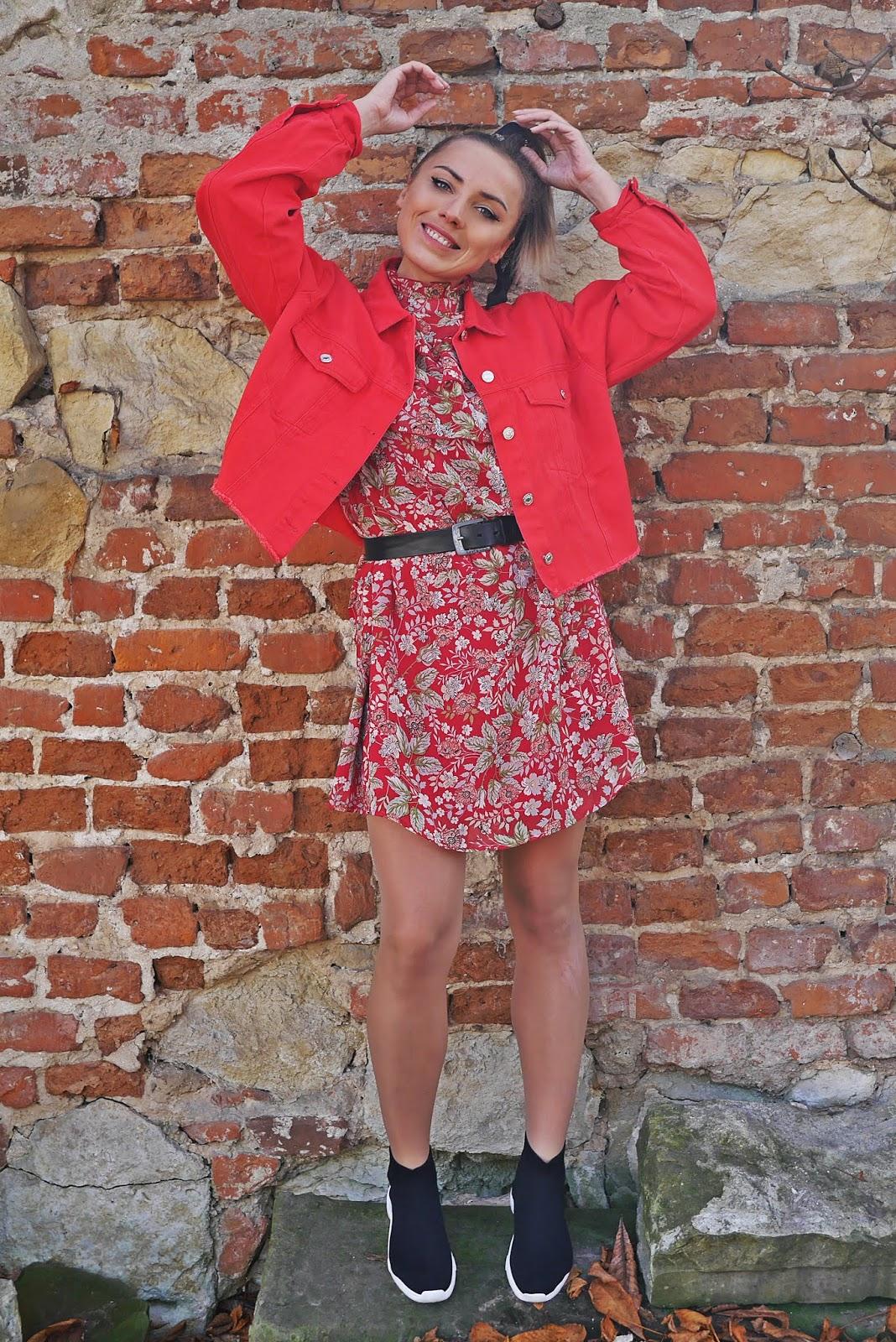 2_czerwona_jeansowa_kurtka_sukienka_w-kwiaty_bonprix_skarpetkowe_botki_renee_karyn_blog_modowy_121118