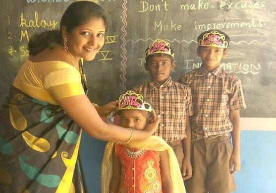 गरीब बच्चों को कॉपी-किताब दिलाने के लिए टीचर ने बेचे अपने गहने - newsonfloor.com