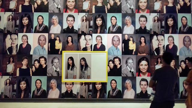 Instalación mural de la artista británica Gillian Wearing que muestra a través de técnicas digitales su envejecimiento