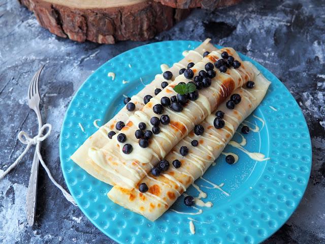 Naleśniki z serem, białą czekoladą i jagodami