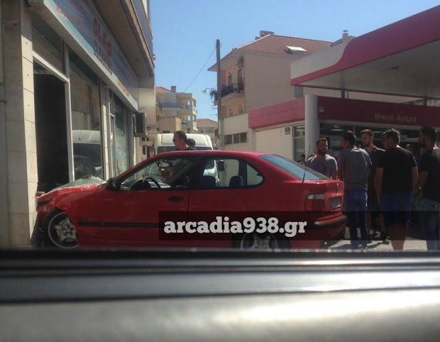 """Οδηγός πήγε για βενζίνη και """"μπούκαρε"""" με το αυτοκίνητο σε κατάστημα"""