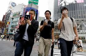 مدينة يابانية تحظر استخدام الهواتف أثناء المشى...اعرف التفاصيل