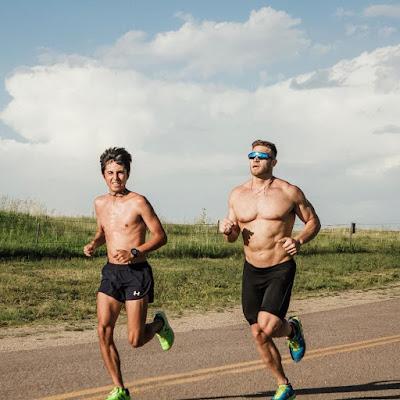 sportsko-trcanje-bez-majice-fit-goli-momci-sise-seoski-skolski-kros-brzo-hodanje