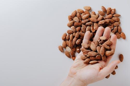 فوائد زيت اللوز الحلو الساحرة للبشرة  والهالات السوداء