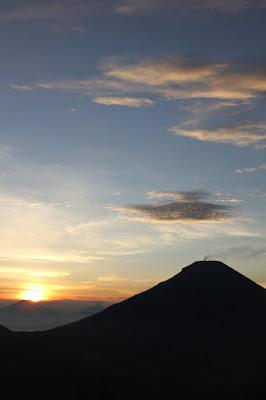 bukit sikunir, telaga cebong, puncak sikunir,golden sunrise, matahari terbit, puncak sikunir, sikunir dieng,sikunir telaga cebong, mendaki sikunir,melihat matahari terbit di sikunir,beauty of nature, gunung sindoro,gunung merapi,gunung merbabu
