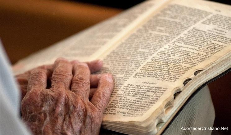 Anciana con Biblia abierta