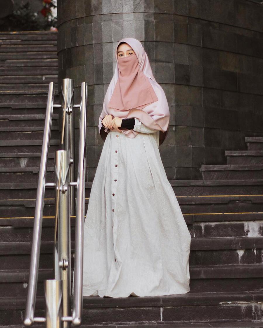 MAxu Dress dan Jilbab pink yang dipadukan dengan cadar dengan warna senada