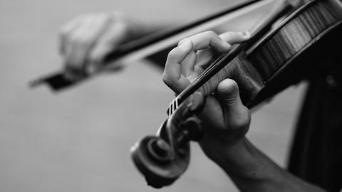 Visszakapta a vonaton felejtett 310 éves hegedűjét Stephen Morris zenész