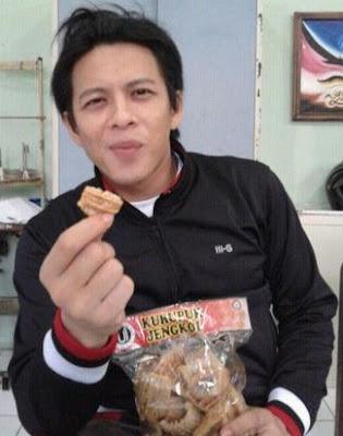 Foto Ariel Noah Aja Suka Makan Kerupuk Jengkol