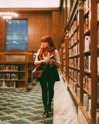 Poses en la biblioteca tumblr casuales fáciles