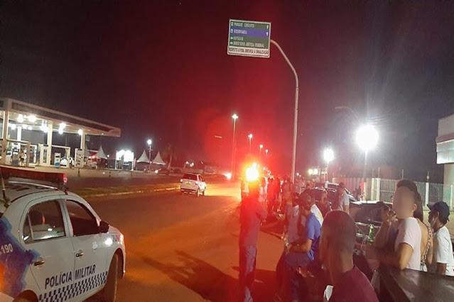 Guajará-Mirim: PM acaba com aglomeração em posto de combustível  Na madrugada deste sábado (26), uma operação da Polícia Militar acabou com uma grande aglomeração de pessoas em um posto de combustível, localizado no município de Guajará-Mirim.  No local, os policiais aplicaram nove notificações de infração de trânsito, três Termo Circunstanciado de Ocorrência (TCO) em razão de desobediência do decreto municipal contra a Covid-19 e uma prisão em flagrante por poluição sonora.  Durante a ação, a Polícia Militar apreendeu caixas de som, além de realizar diversas abordagens.  Fonte: Rondoniagora