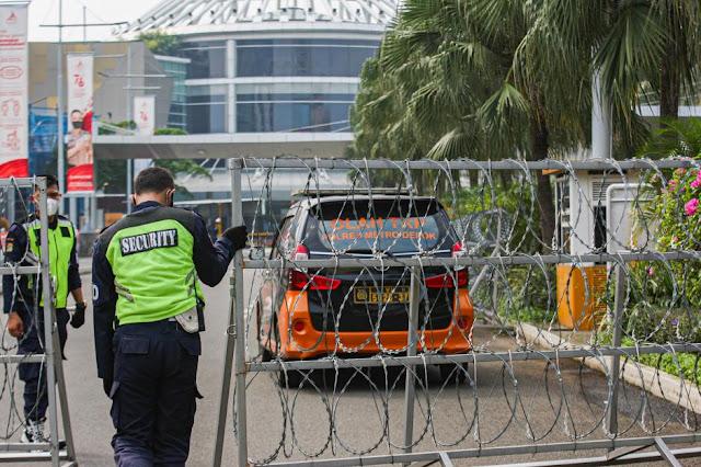 Pasca Ambruknya Atap Mal Margo City Depok, Petugas Menjaga Ketat di Pintu Gerbang